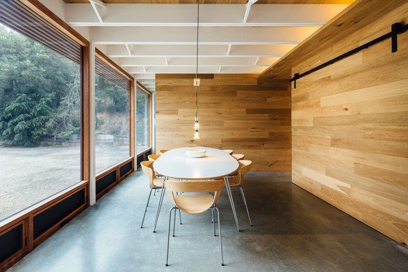 Sala de trabajo en casa oculta en una pared