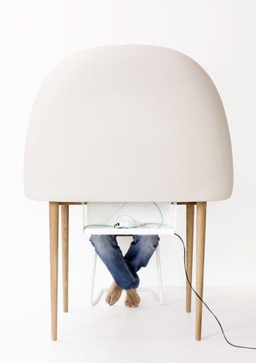 Un Escritorio en Forma de Huevo para Aislarnos durante el Trabajo en Casa