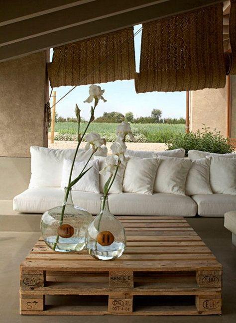Mesa de centro hecha con palets para terraza o jardín