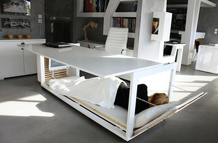 Escritorio-cama para descansar en las durante las horas de trabajo