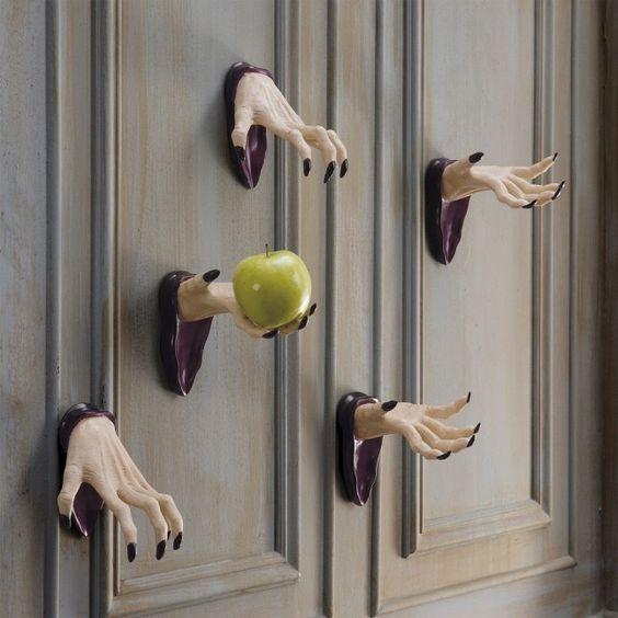 Decoración puertas de Halloween con manos