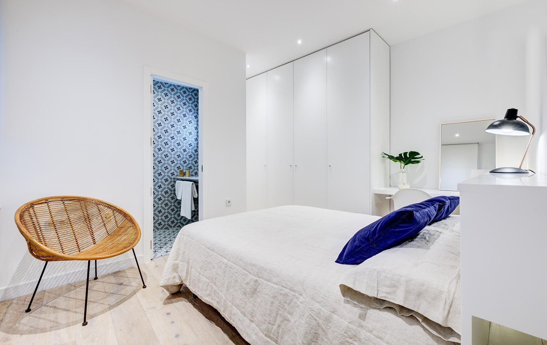 Reforma de lujo en Madrid by UXBAN dormitorio nórdico